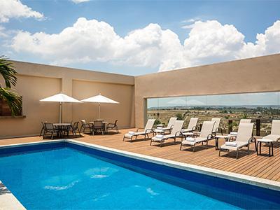 Hotel fiesta inn silao puerto interior en le n reserva de for Isla leon piscina