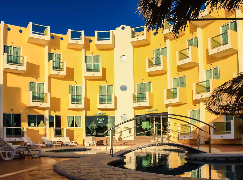 fachada del hotel María Coral en Mazatlán
